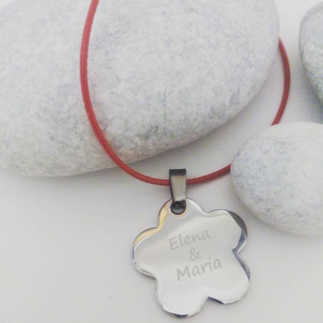 #colgante ,#hechizodeplata #regalosconsentimiento; #regalos; http://www.hechizodeplata.com/comprar/colgante-con-placa-flor-de-acero-grande-para-grabar/