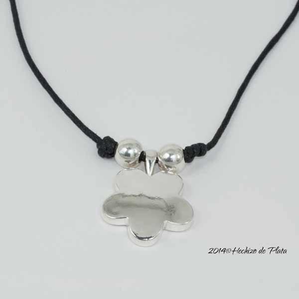 Colgante de plata en flor con cordón de Hechizo de Plata Joyería