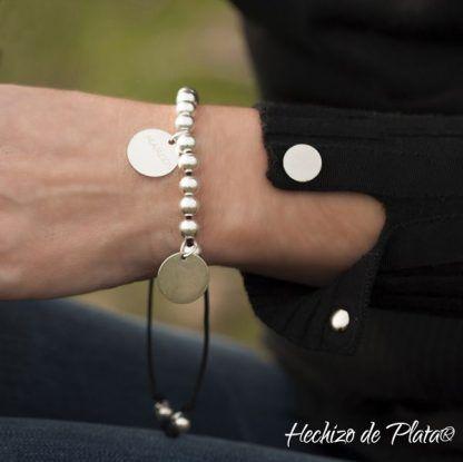 pulsera personalizada con cuentas de plata y medallas de Hechizo de Plata Joyería