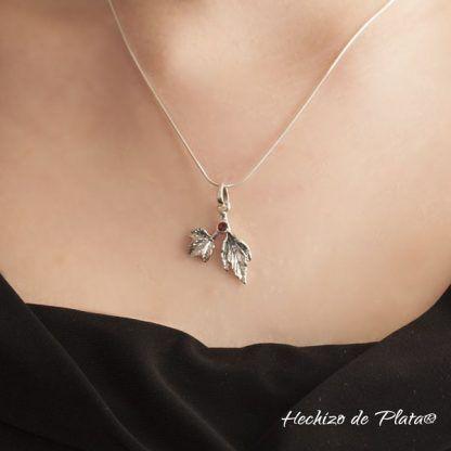 Colgante de plata en hojas con piedra granate de Hechizo de Plata Joyería