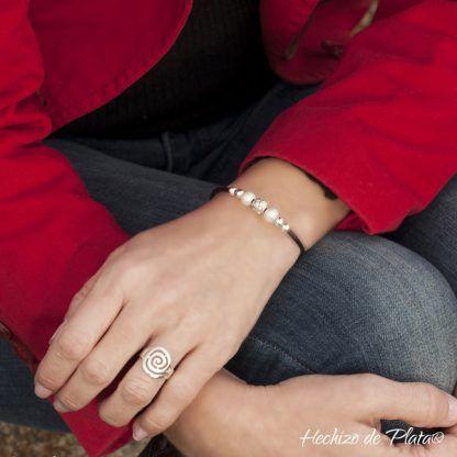 ulsera de cuero personalizada con plata y perlas de Hechizo de Plata Joyería