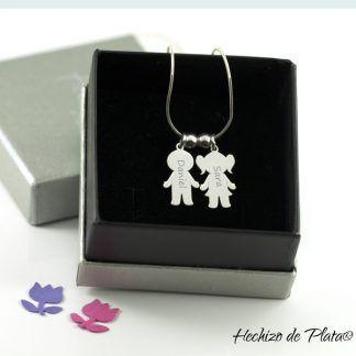 Colgante niño/niña personalizado en plata de ley para la mamá de Hechizo de Plata Joyería