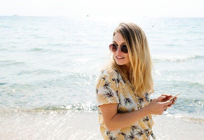 chica junto al mar verano
