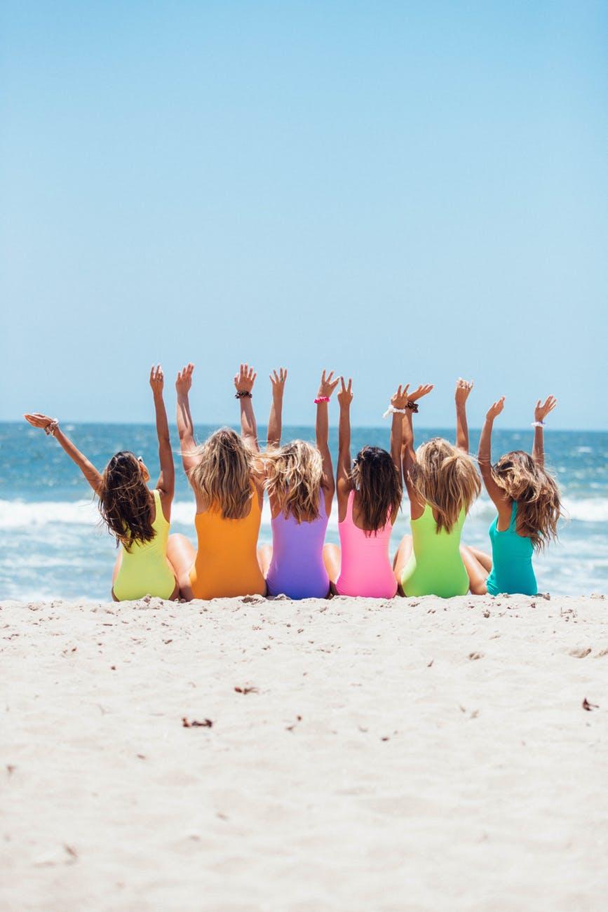 chicas en la playa pasando el dia