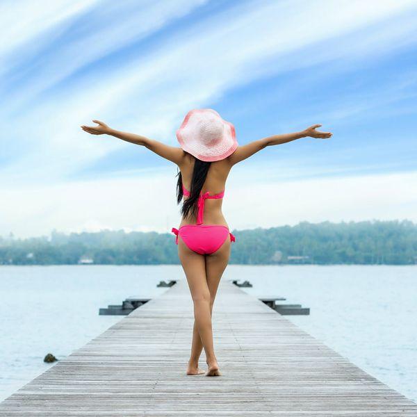 chica en bañador disfruta verano